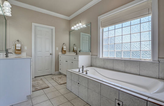 104-Pelican-Cove-Sneads-Ferry-large-033-060-Master-Bathroom-1497×1000-72dpi