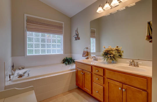 4924-Coronado-Dr-Wilmington-NC-large-022-019-Master-Bathroom-1497×1000-72dpi