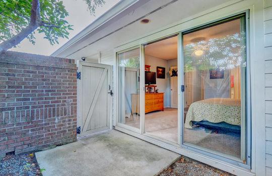 936-Summerlin-Falls-Ct-large-026-029-Master-Bedroom-Patio-1497×1000-72dpi