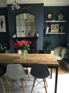 Dining room with blue accent wall